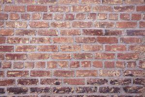 Produkcja gliny kontra cegła cementowa – jak dokonać właściwego wyboru